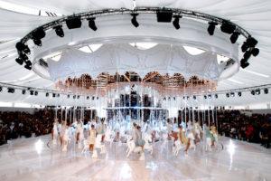 От океанского лайнера до строительных лесов: 5 самых необычных подиумов в истории моды