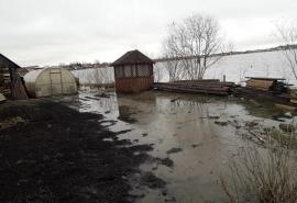 В Тюкалинске прокомментировали ситуацию с паводком, затопившим огороды и подступающим к домам