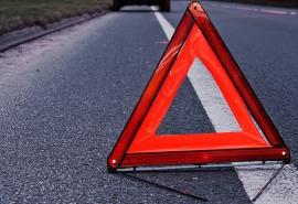 В Омской области девочка выскочила на дорогу и попала под колеса мопеда