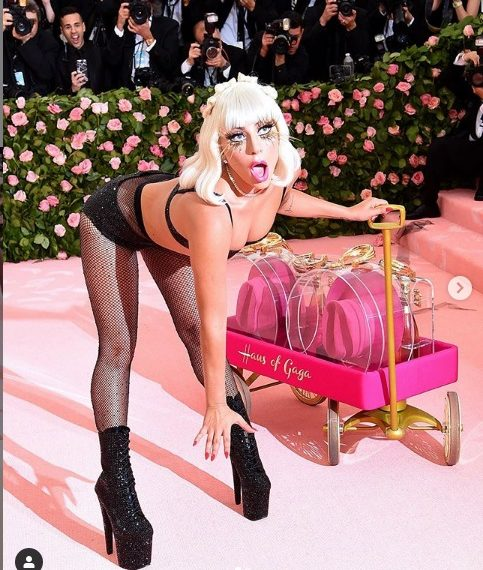 Леди Гага разделась до нижнего белья на балу Met Gala