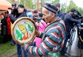 Фоторепортаж из-под зонтика: в Омске прошел многонациональный семейный праздник