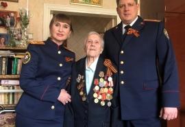 Омские следователи навестили женщину-ветерана, ушедшую на фронт после выпускного бала