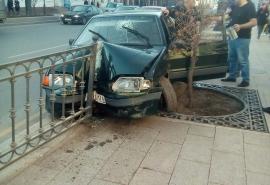 Омич жестко «припарковал» свою «Ладу» в забор на улице Ленина