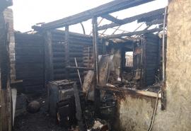 После мощного пожара в Омске большая семья с детьми осталась без дома и средств к существованию