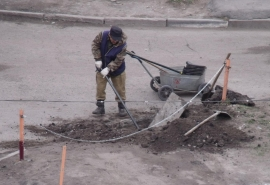 Омичка разобрала тротуар для своего автомобиля