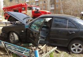Омская ограда в стили ЖЭК-арт остановила неадекватного гонщика