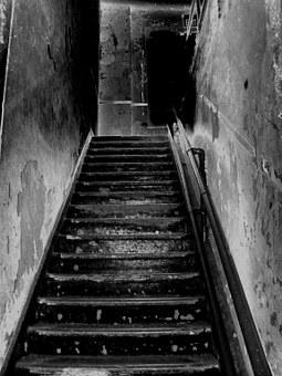 В Уфе возбудили дело по падению с лестницы отца и дочери