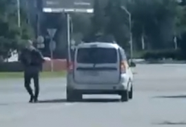В центре Омска засняли неадекватного водителя
