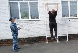 Омские заключенные устроили «Веселые старты» с воздушными шариками и ходулями