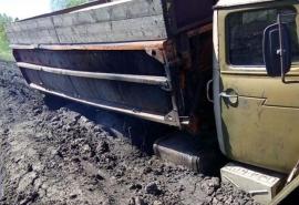 По ужасающему бездорожью в Омской области не смог пройти даже «Урал»