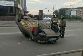В центре Омска перевернулось такси с пассажиркой внутри