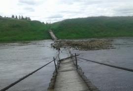 Разрушенный мост в Кормиловском районе оказалось некому ремонтировать
