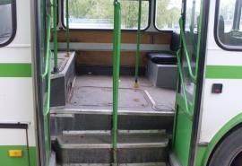В Омске автобус несколько метров тащил пассажирку по асфальту