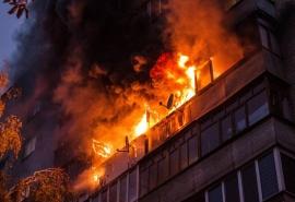 В Омске вспыхнула девятиэтажка из-за полуночного курильщика