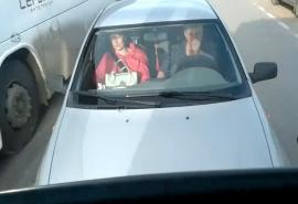 В Омске сняли на видео женщину, выехавшую на встречку и «крутившую фиги» водителю автобуса