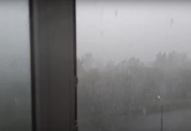 Вместе с дождем с неба в Омске сыпался крупный град
