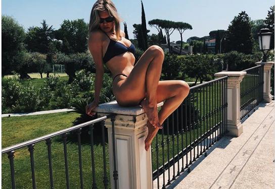 Вера Брежнева выложила горячее фото в купальнике