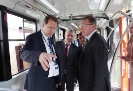 Александру Буркову презентовали новый экологичный транспорт для Омска
