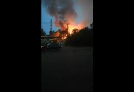 На Красноярском тракте в Омске активно разгорается мощный пожар с едким дымом – очевидцы