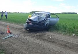 Под Омском на дороге среди поля лоб в лоб столкнулись две легковушки – пятеро пострадавших