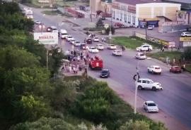 На окраине Омска после жесткого ДТП из перевернувшегося автомобиля выпал ящик водки