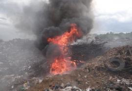 Власти Тарского района заявили, что свалку тушат уже четыре месяца