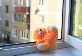 В Омске ребенок выпал из окна многоэтажки