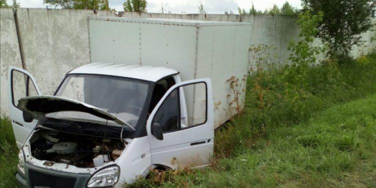 В Башкирии грузовик съехал в кювет, погиб водитель