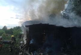 В Амурском поселке Омска, как головешка, выгорел частный дом