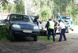 Страйк: в омском дворе из-за аварии образовалось месиво из семи разбитых машин