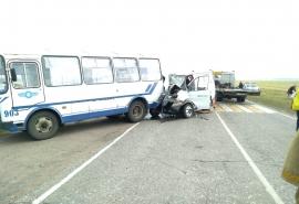 На трассе в Омской области мощно столкнулись автобус и «Газель» с пассажирами