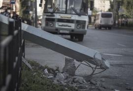 В Омске маршрутный автобус сбил столб