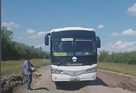Чтобы проехать по дороге в Одесском районе, водители автобусов берут с собой доски