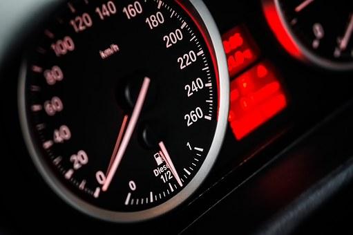 Россияне назвали, почему превышаю скорость на дорогах