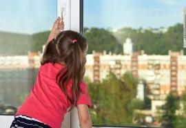 Стало известно о состоянии здоровья шестилетней девочки, выпавшей из окна