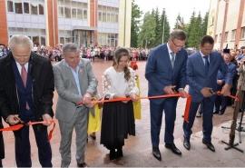 Омский губернатор Бурков открыл в селе уникальную школу, построенную при поддержке инвестора