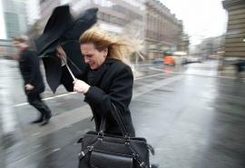 Шторм обрушился на Омскую область: порывы ветра достигают 56 км/ч