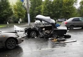 На Космическом проспекте в Омске произошла жуткая авария, в которой разворотило «Жигули»