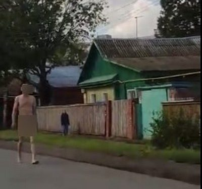 В Уфе абсолютно голый мужчина разгуливал по улице
