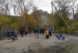 В Октябрьском округе установили уличные тренажеры и хоккейную коробку