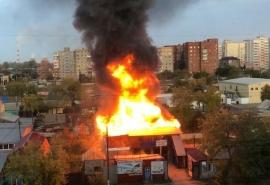 Серьезный пожар на СТО в Омске сняли на видео