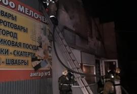 В Омске на площади в 500 квадратных метров горит склад с игрушками и хозтоварами