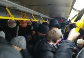 Жители Омска возмутились появлением маленьких автобусов на популярном маршруте в час пик