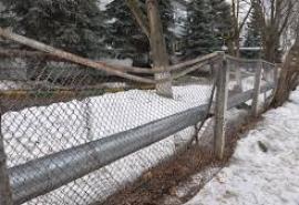 Родители рассказали о дырявом заборе в детсаду в центре Омска