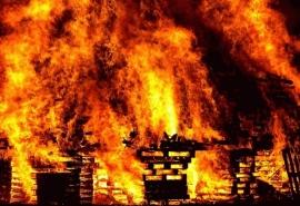 В Омской области полдня тушили огромный дом, но он сгорел дотла