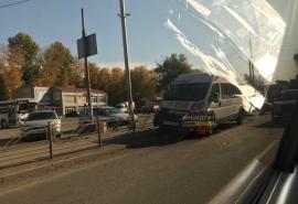 Момент столкновения пассажирской маршрутки и легковушки попал на видео