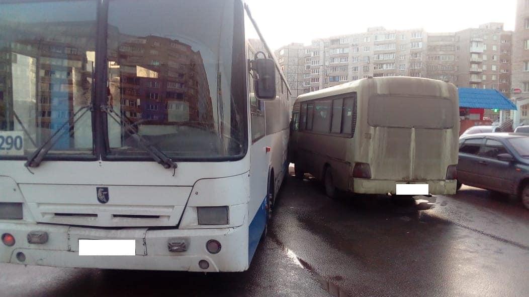 В Уфе водитель автобуса из-за ухудшения здоровья влетел в «НефАЗ»