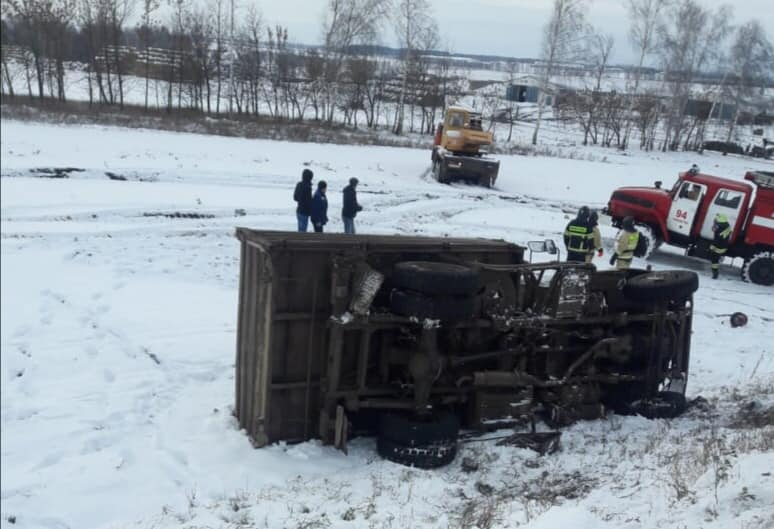 В Башкирии в опрокинувшемся грузовике погиб водитель