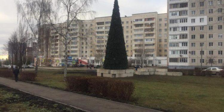 В Уфе начали устанавливать новогодние елки