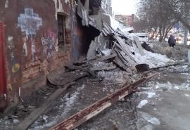 Обрушение бывших складов Минобороны в центре Омска попало на видео